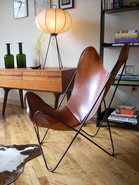 """Silla BKF, también conocida como """"Butterfly"""" (""""mariposa"""" en inglés) es una silla de hierro y cuero creada en Buenos Aires por el Grupo Austral (Bonet, Kurchan, Ferrari) Se convirtió en el símbolo del diseño nacional argentino en el mundo."""