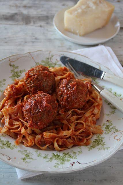 Saftige kjøttboller i klassisk tomatsaus - Mat på bordet