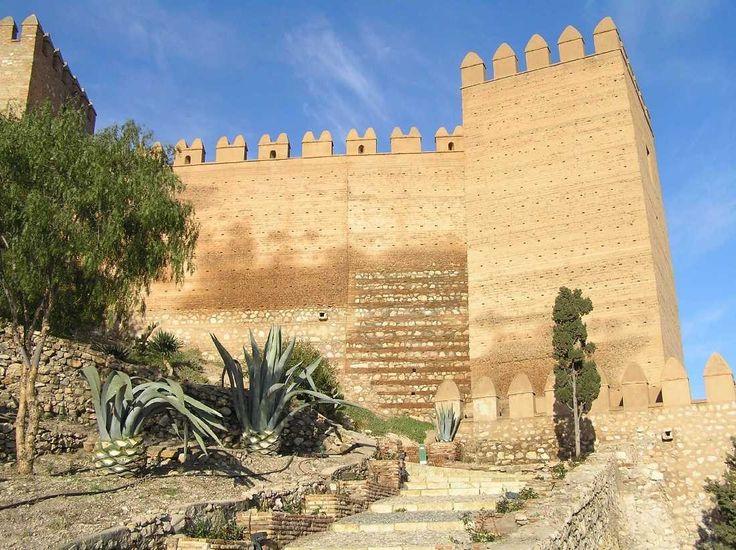 Самые интересные испанские замки: Замок Алькасаба-де-Альмерия     Расположенная на юге Испании фортификация занимает громадную территорию с домами и магазинами. Возведенный мусульманами в 10-м веке и преобразованный позже христианами, замок известен как место съемок фильмов «Конан-варвар» и «Индиана Джонс и последний крестовый поход».