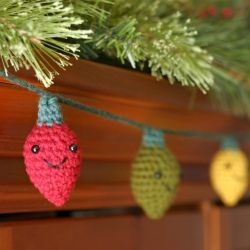 Free crochet pattern to make your own amigurumi holiday lights.
