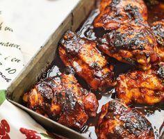 Sweet chilisås, soja, honung, vitlök, dijonsenap, ingefära och lime ger en sötsur sås med perfekt smak till kycklinglår. Rätten är enkel att göra i ugn. Servera kycklingen med ris.
