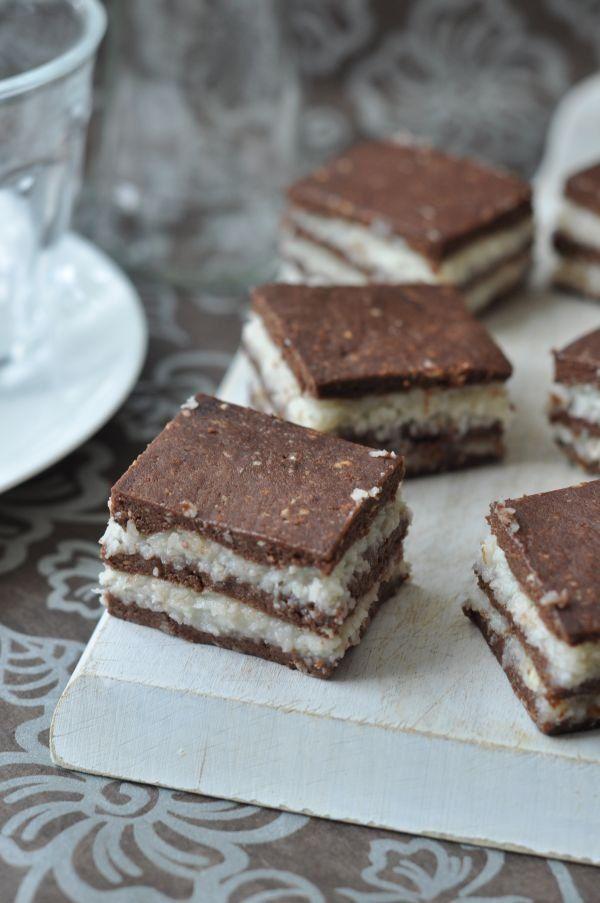 Kis pihenő után akkor íme a visszatérés.Elsőként egy sütés nélküli édesség, amit viszonylag egyszerű összerakni, cserébe kapunk egy jó kis klasszikus kókusztekercs ízt