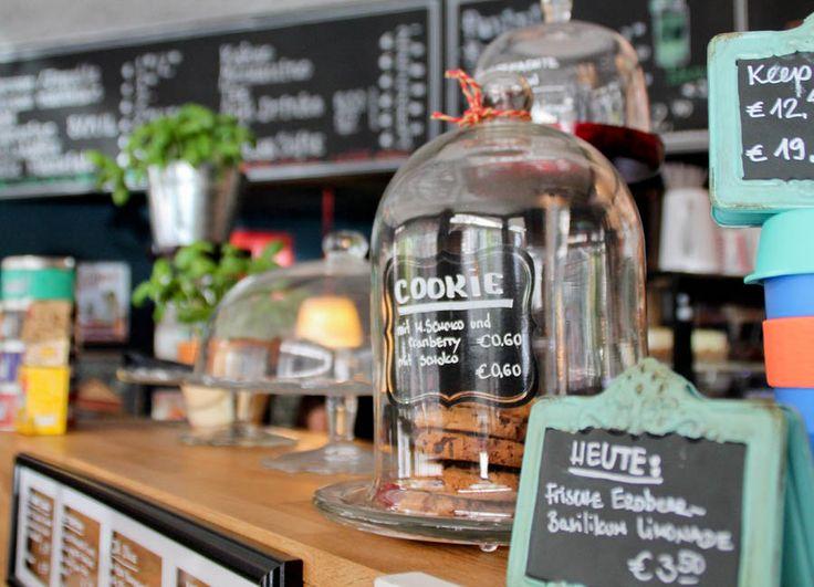 Ein kleines Stück London bringt das tolle Café Covent Garden nach Düsseldorf. Hier bekommst du richtig guten Café, Kuchen, Paninis und noch viel mehr.