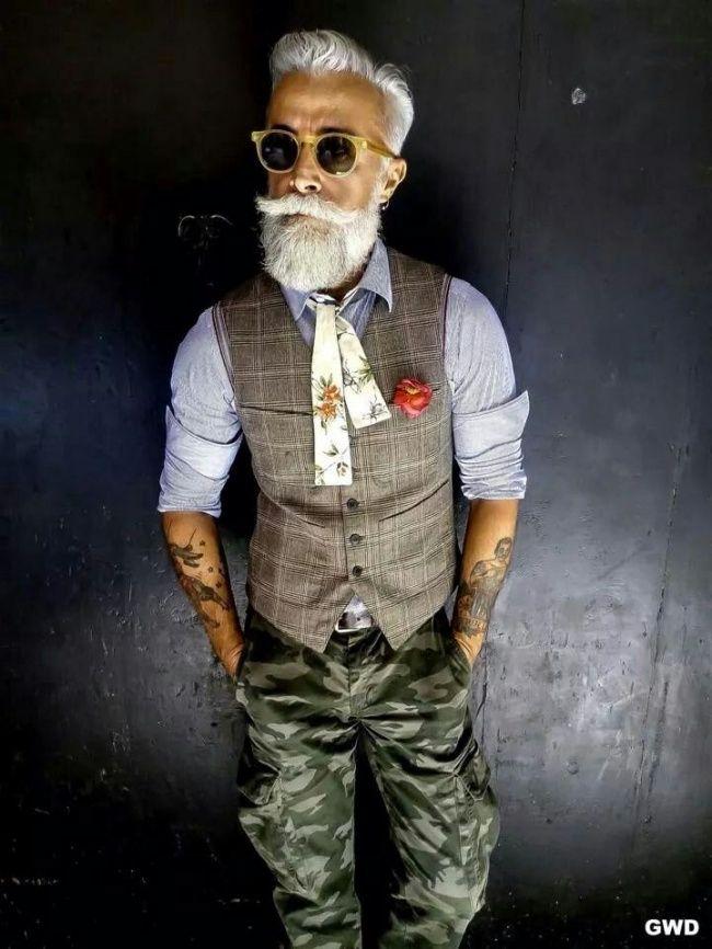 Look homme classe. Pantalon militaire, veste costume 3 pièces. Foulard pour homme.