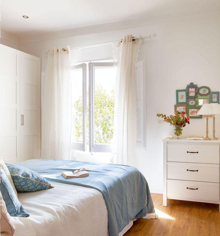 dormitorio Hacia la ventana Cómoda modelo Brusali de Ikeay colcha azul de Filocolore.