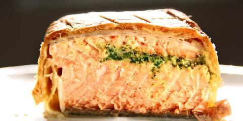 Innbakt laks - Bakt laks i lekker innpakning. Butterdeigen er crispy og inni finner du deilig, saftig laks med nydelig kryddersmør...