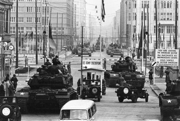 Konfrontation von Panzern der US Army und der Roten Armee am Checkpoint Charlie in der Friedrichstraße, Oktober 1961