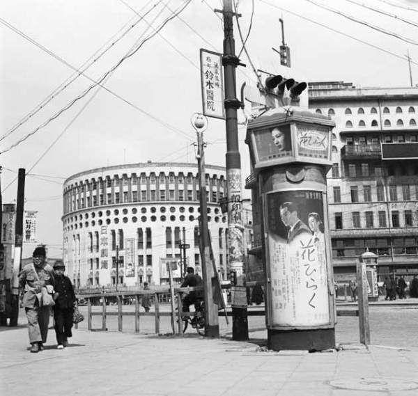 昭和25年、日劇と朝日新聞社(東京・有楽町)(1950年撮影) 【PANA=時事】