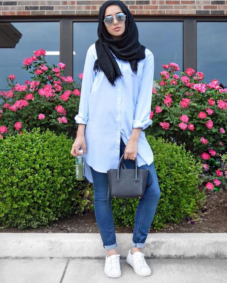 Thinking of how you can come up with a complete casual carefree hijab look for the summer? Say no more, thanks to Summer AlBarcha for this amazing idea where she blends a casual top with a pair jeans and round sunglasses. #HijabStyle #Scarves #HijabWithGlasses #Ramadan #Sunglasses #RoundSunglasses #Glasses #Eyeglasses #Eyewear #Style #WomensFashion #Dubai #UAE
