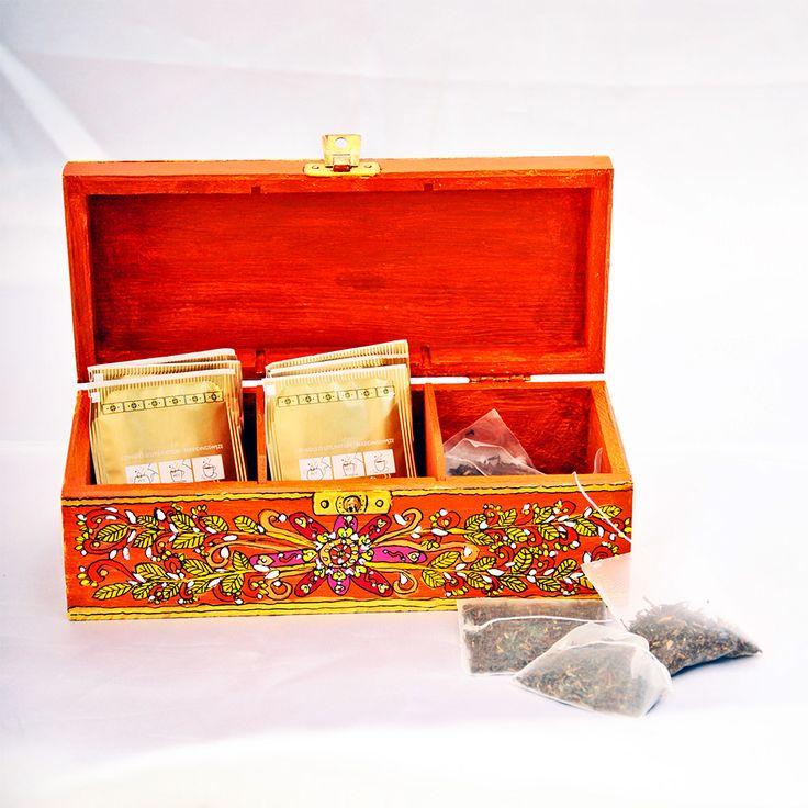 Indispensable, dans votre cuisine, dans le salon et aux heures de détente en famille ou entre amis, que cette belle boîte à thé Darjeeling à 3 compartiments avec fermeture à charnière.