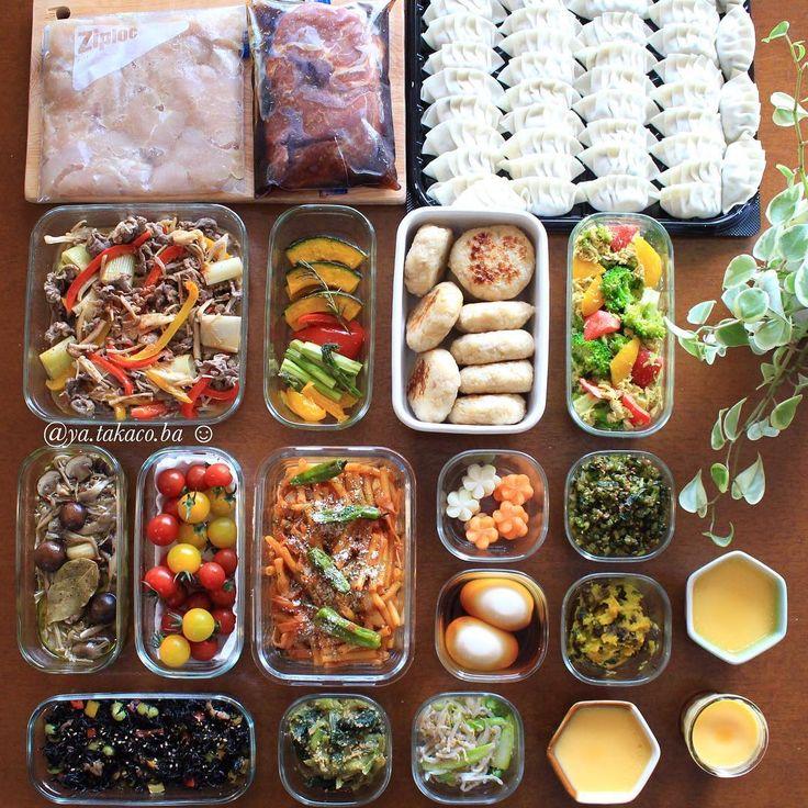 常備菜post 今週の #家事貯金 ♪ ・ -*-*-*-*-*-*-*-*-*-* ・ 《上段左から》 ・ 1、鶏ムネ唐揚げ (下味) 2、焼豚(下味) 3、春キャベツ餃子 4、焼肉サラダ 5、野菜のローズマリーグリル 6、鶏ハンバーグ 7、ツナとブロッコリーのカレーマヨサラダ 8、きのこのオイルコンフィ 9、ミニトマト(50度洗い) 10、マカロニナポリタン 11、ブロッコリー茎とにんじんの飾り切り 12、大根葉の中華風ふりかけ 13、味玉 14、かぼちゃレーズンのメイプルチーズ 15、ひじき煮 16、小松菜胡麻和え 17、モヤシとアスパラナムル 18、おやつのプリン ・ -*-*-*-*-*-*-*-*-*-* ・ お返事前にすみません 今週の家事貯金は餃子をたっぷり✨ 働いていた頃、当時の上司が 「死ぬ前に食べたいものは餃子。 それも家の餃子が食べたいんだよね」 ってよく言ってたな でもそれ分かるかも。 お店の美味しい餃子はもちろん大好きだけど 家の餃子はまた格別。 今夜はホットプレートで焼きながら アツアツをハフハフ食べるんだ〜〜♪ ノンアルビールを...