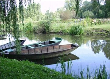 """Le marais poitevin, au sud de la Vendée, appelé aussi """"la Venise verte""""."""
