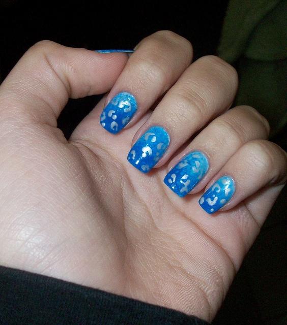 Base: Top blanc (Impala) e Margarida (Ana Hickmann).  Gradiente: Marina (Impala), Chow chow (Risqué) e tinta para tecido azul escuro.  + Vira lata (Risqué)     Beautiful nails photos - http://divinumphoto.com