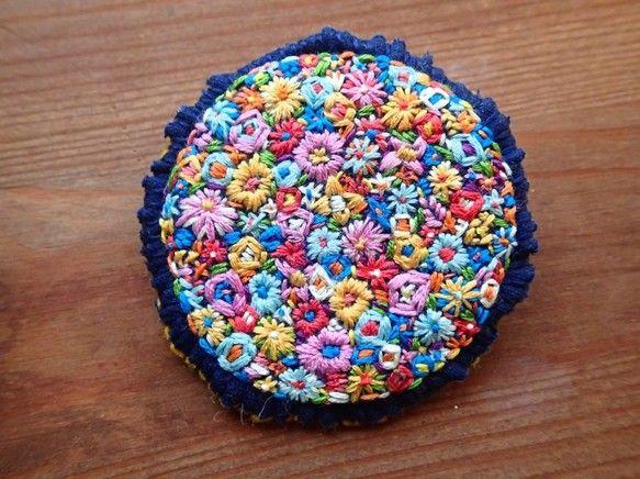 お花を刺繍した布をフェルトで補強し、市販のブローチ台を縫い付けています。直径約6.5センチ。|ハンドメイド、手作り、手仕事品の通販・販売・購入ならCreema。