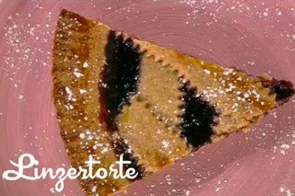 Linzer torte - I menú di Benedetta: Frullare nel mixer le nocciole con la farina; unire poi il lievito, il burro, la cannella, un chiodo di garofano e lo zucchero. Ottenuto un