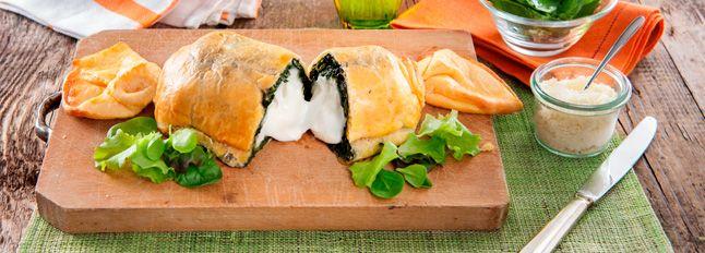 Preparazione Caramella ripiena di mozzarella ed erbette: Lessate le bietole e gli spinaci in abbondante acqua salata e, una volta pronti, scolateli e strizzateli per bene.