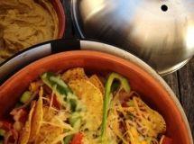 Een lekker tussendoortje als het eten nog even op zich laat wachten. Nacho's met gesmolten kaas en zelfgemaakte guacomole.