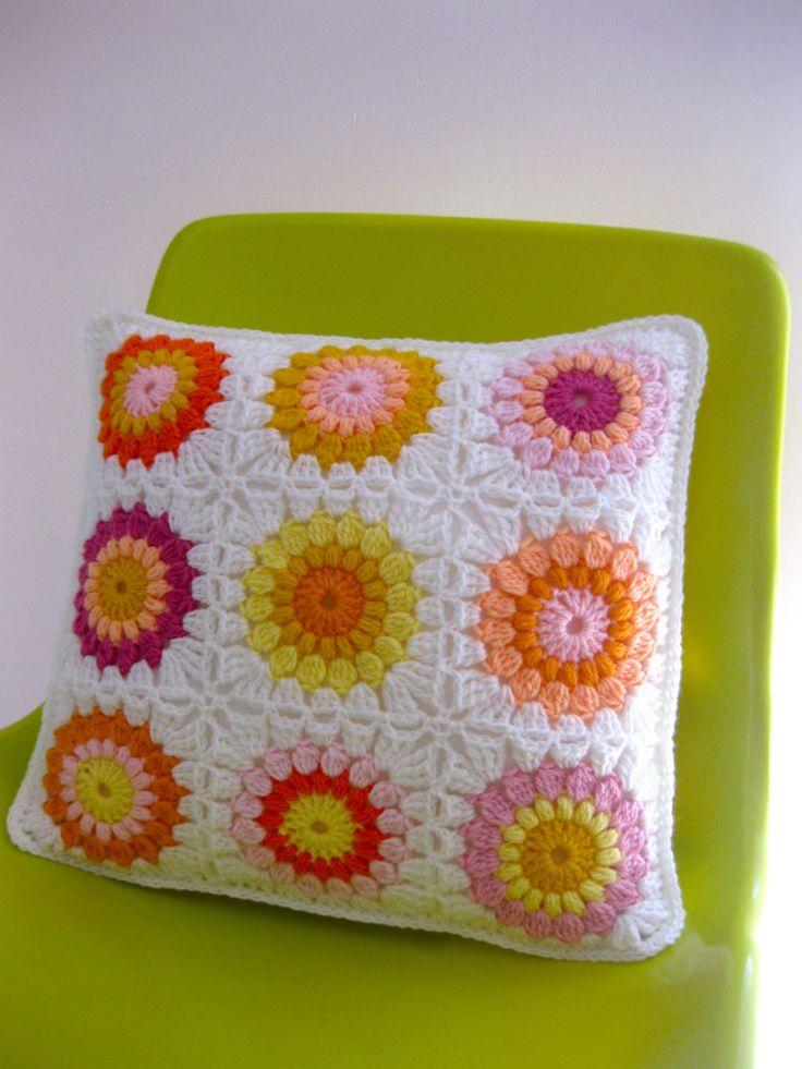 Бабушкин квадрат крючком — подушка из мотивов
