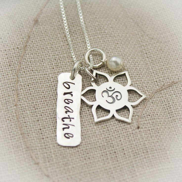 Sein ruhiges und atmen Sie tief mit dieser Yoga-atmen-Ohm-Halskette.  Diese Kette besteht aus mehreren Komponenten:  Sterling Silber Lotusblume Charme mit Ohm innerhalb Sterling Silber 7/8 CD Hand gestempelt mitatmenoder Wort/Name Ihrer Wahl Weiße Süßwasser Perle charm  -----------------------------------------------------------------------------------------------  Alle mein Schmuck ist versendet Geschenkverpackung mit Schmuck-Pflegeanleitung und pro Polnisch Pad einfach perfekt für Geschenk…