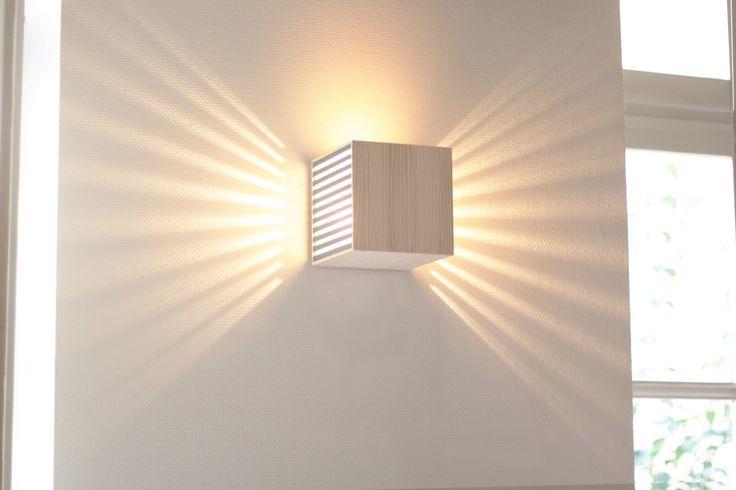 L'applique murale BEC est réalisée à partir de rebuts de bois provenant de la caisserie ADAM située en Gironde.  De par leurs défauts d'impressions ou d'assemblages des planches de bois sont destinées à être jetées et retrouvent ici une seconde vie. Lampe vendue avec une notice d'utilisation. L'applique murale se fixe sur un boîtier dencastrement de diamètre 67 mm et de profondeur 40mm, puissance max de lampoule 30W. Un kit avec le système de montage (douille) et une notice sont fournis…