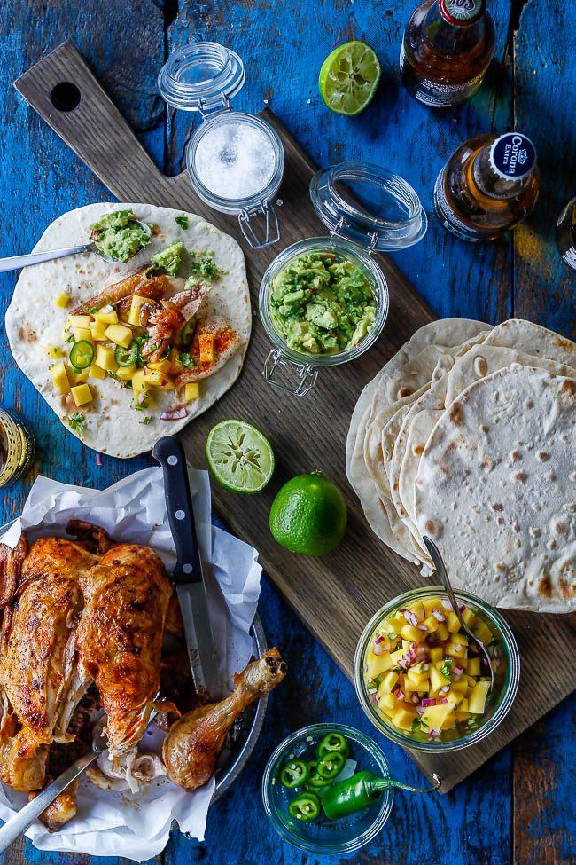 Foren mexicansk mad med barbecue grill. Lav nemme hjemmelavede tortillas, fyld dem med grillet barbecue kylling, guacamole dip og mangosalsa. Find opskrifter her