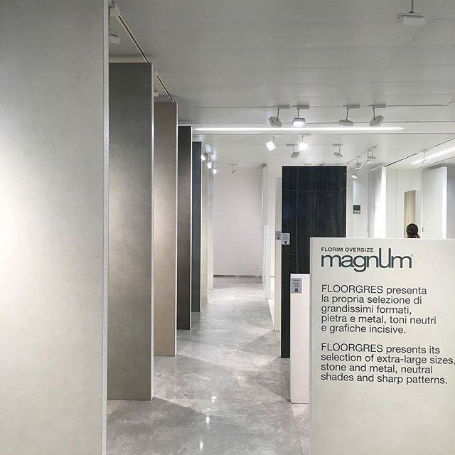 Utvalget av Magnum storformat fliser blir bare større og større. Her vises formatet 160x320cm... da er én flis 5,12 kvm☺️! #magnum #fliser #norfloor #florim #flis #storformat #design #oppussing #gulvfliser