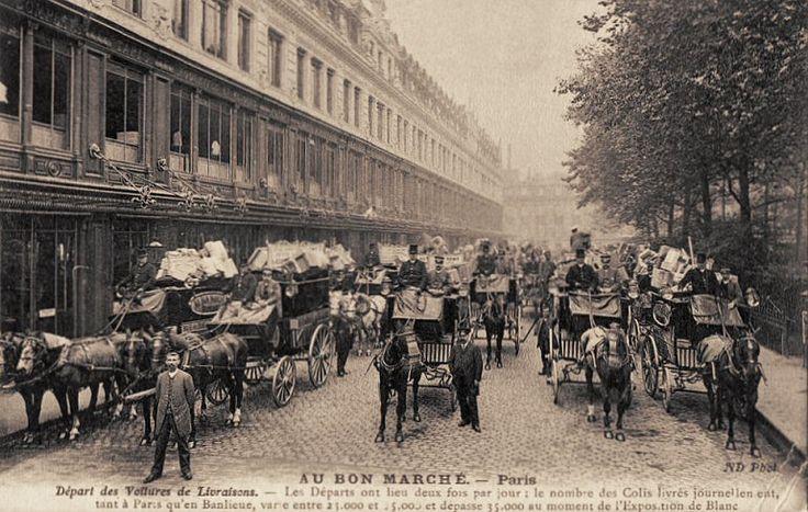 """Les moyens de transport du Paris d'antanLe départ des """"voitures de livraisons"""" du Bon Marché, avec des milliers de petits paquets à bord... (carte postale, vers 1900)"""