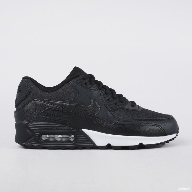 Jentesko+fra+Nike+med+flere+typer+materiale+som+overlapper+hverandre-+noe+som+  bidrar+til+å+gjøre+skoen+stabil+med+forsterkede+slitningspunkter.