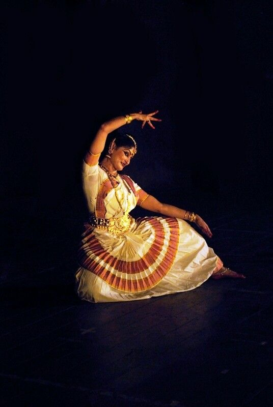 "Art of ""MOHINIYATTAM"" in Kerala"