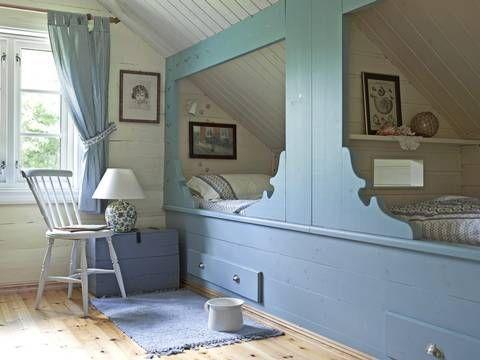 Innebygget. Den klassiske sengeløsningen er plassbesparende. Potten etter Livs bestemor i Namsos har nok vært flittig brukt som nattpotte den tiden det var vanlig med utedo | LEV LANDLIG