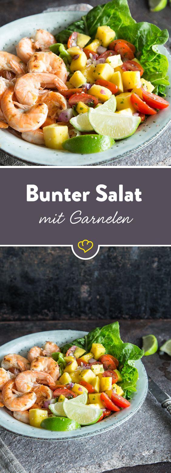 Mach deinen grünen Salat zu einem bunten und mischen einen Kopfsalat mit Mango und Tomate. Und für den Geschmack mit glas gebratenen Garnelen.