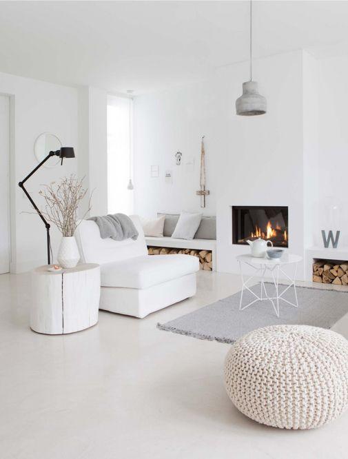 Witte woonkamer met zwarte vloerlamp - bekijk en koop de producten van dit beeld op shopinstijl.nl