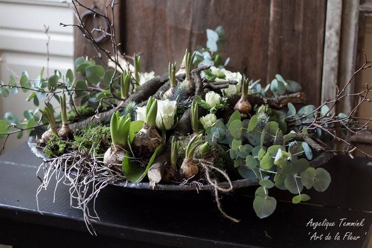 Voorjaarsstuk met oa. bolletjes, mos, eucalyptus, takjes en distels