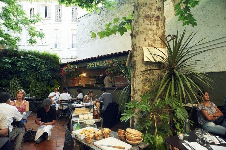 La Cantinetta  Située en plein cœur du Cours Julien, on retrouve à la Cantinetta l'atmosphère chaleureuse et conviviale si typique de ce quartier de Marseille. La cuisine de qualité est élaborée à base de produits frais et propose risotto, vongole, scaloppine, gnocchis et autres spécialités italiennes comme la mozza di bufala qui fond dans la bouche…  Le tout dans une ambiance bistrot marseillais avec un patio cachée franchement génial ! Sans doute la meilleure adresse de Marseille pour…