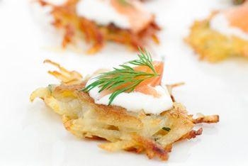 Rostis de batata com creme fraiche e salmão. Veja a receita no site: http://www.batatasdefranca.com/receitas/entradas.html#!prettyPhoto[rostis-batata-creme-salmao]/0/  #Batata #Receita #Comida #Entradas #Batatas #Cozinhar #rostis #creme #fraiche #salmao