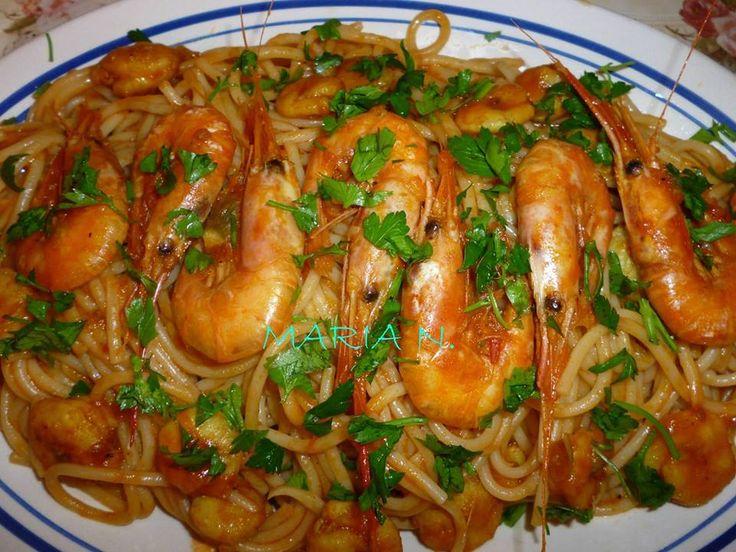 Υλικά:     1 κιλό φρέσκες γαρίδες  4 κ.σ. ελαιόλαδο  1/2 κρεμμύδι ψιλοκομμένο  1 σκελίδα σκόρδο  1 καυτερή πιπερίτσα ή μπούκοβο (προαι...