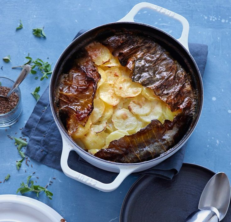 Seelenwärmer gegen die Kälte: geschichtetes Kartoffelgratin mit Hack und cremiger Béchamel. Weißkohl hält den Eintopf zusammen.