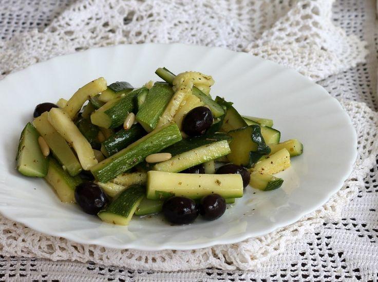 Le zucchine al vapore sono un contorno velocissimo da preparare. Leggero e saporito, si accompagna a piatti di carne e pesce.