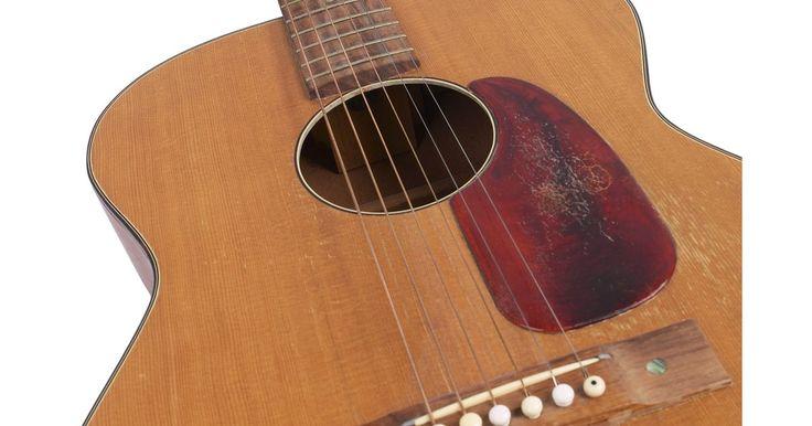 Como consertar rachaduras em um violão. Com o aparecimento de rachaduras no corpo de um violão, a sonoridade dele será afetada negativamente. Se elas não forem tratadas imediatamente, podem se agravar e acabar despedaçando o instrumento. Dois dos maiores culpados pelo aparecimento de rachaduras em violões são o ressecamento da madeira e a manutenção insuficiente do seu acabamento.