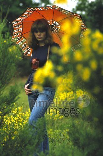 Mädchen mit Schirm, 1977 franzroth/Timeline Images #bunt #farbenfroh #70er #Schirm #Mädchen #Blumen #Damenmode #Mode #Pony