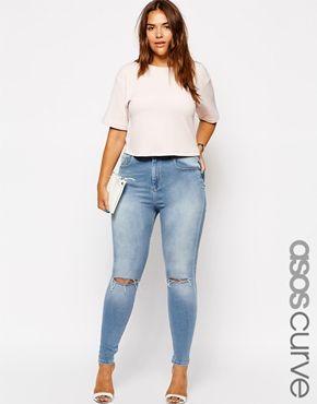 Jeans chupin tiro alto con roturas en rodillas, remera basica, sandalias basicas.