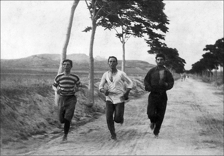 """Fotografia de Burton Holmes intitulada """"1896: Três atletas em treinamento para a Maratona nos Jogos Olímpicos de Atenas"""".  - Wikipédia, a Enciclopédia Livre"""