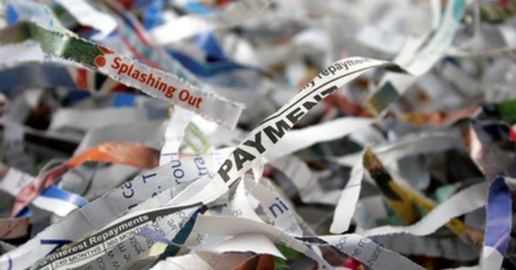 O que fazer com papel triturado. Um pouquinho de reciclagem criativa pode ajudar a descobrir o que fazer com papel triturado. Você pode fazer alguns projetos de arte incomuns ou dar um tratamento econômico e ecológico ao jardim. Com um pouco de imaginação, até as crianças e os animais de estimação podem tirar proveito das coisas boas feitas com papel de escritório, jornal, ...