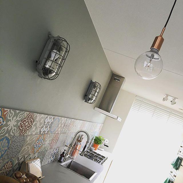 MY HOME | Goede verlichting is super belangrijk. Maar naast functioneel moet het ook wel mooi en passend zijn. Wij hebben er lang over gedaan om elke keer weer bij vintage winkeltjes en handelaren (ook online) toffe lampen te scoren voor een goede prijs. Deze pronkstukken hebben we afgewisseld met subtiele peertjes en goede spots. Om het af te maken zit in (bijna) elk armatuur een Philips Hue lamp: aan-/uitzetten en dimmen via je smartphone, tablet of Toon via door jou ingestelde scenes…