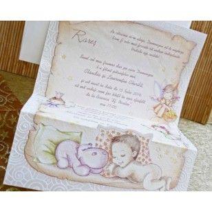 Invitatie de botez tip papirus, cofectionata din carton crem, cu model floral viu colorat si conturat cu auriu. Plicul invitatiei de botez este hexagonal, asortat cu aceasta.