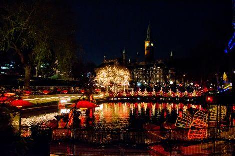 Goed om te weten is dat Jul het Deense woord is voor kerst. Het is een ware belevenis om naar de kerstmarkt in het Kopenhaagse pretpark Tivoli te gaan. Het park wordt namelijk geheel omgetoverd tot je reinste kerstfantasie: er worden ruim 1000 kerstbomen geplaatst en honderdduizenden lichtjes zorgen voor een onvergetelijke kerstervaring. #Denemarken #Kopenhagen #kerstmarkt