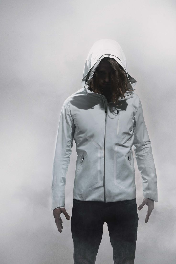 DIA3555U STREAMLINE HOODED SHELL JACKET A very waterproof shell jacket in 4 way stretch DERMIZAX ® 20D fabric. The clean, simple design incorporates our STREAMLINE system on the chest and hood for rainy days. STREAMLINE controls surface water and directs flow away from pocket openings and around your face.4WAYストレッチ素材ダーミザクス® 20Dを表地に採用したハードシェルジャケット。非常にシンプルでクリーンなジャケットのデザインのアクセントとなるのはジャケットにデザインされたStreamLine。雨天時、胸部分にデザインされたStreamLineは水の流れをコントロールしポケット部分への水の流れを抑制します。