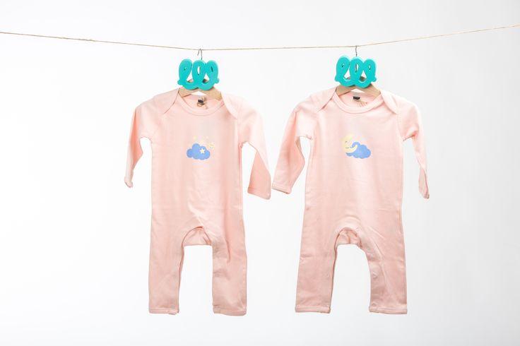 Pack de dos bodies para bebé con ilustraciones originales. Un body cuenta con la estampación, sobre el pecho, de la nube con las estrellas y el otro body, con la estampación complementaria de la nube y la luna feliz. ¿Qué sería de la luna sin las estrellas que siempre le acompañan? Lo mismo le pasa a los hermanos gemelos o mellizos, ¡siempre juntos! #twins #dothetwins #gemelos #mellizos #kids