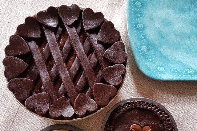La crostata al cacao con mascarpone e nutella è un dolce semplice da realizzare ma al tempo stesso molto originale e bello da presentare ai vostri ospiti. Ecco la ricetta