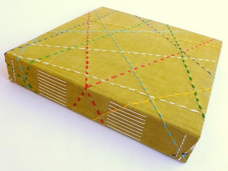 Álbum para fotos com revestimento em tecido pintado e bordado à mão, encadernação artesanal. Com @Luisa Gomes Cardoso